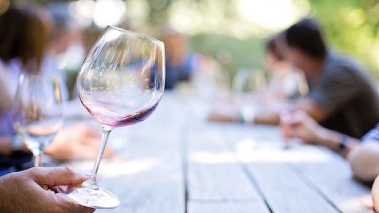 far roteare il bicchiere di vino