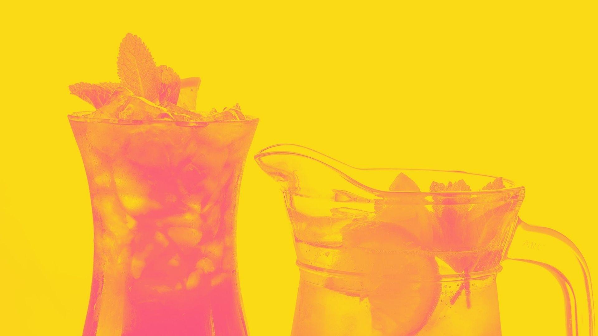 Cocktail di vino bianco frizzante, anguria e lime